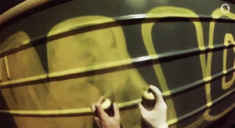 Видео: MICK рисует в метро