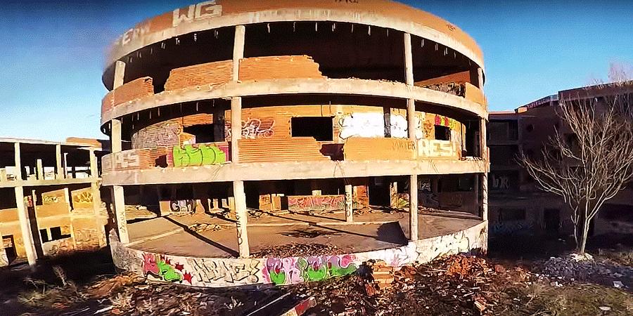 Экшн-съемки с дрона заброшенного здания