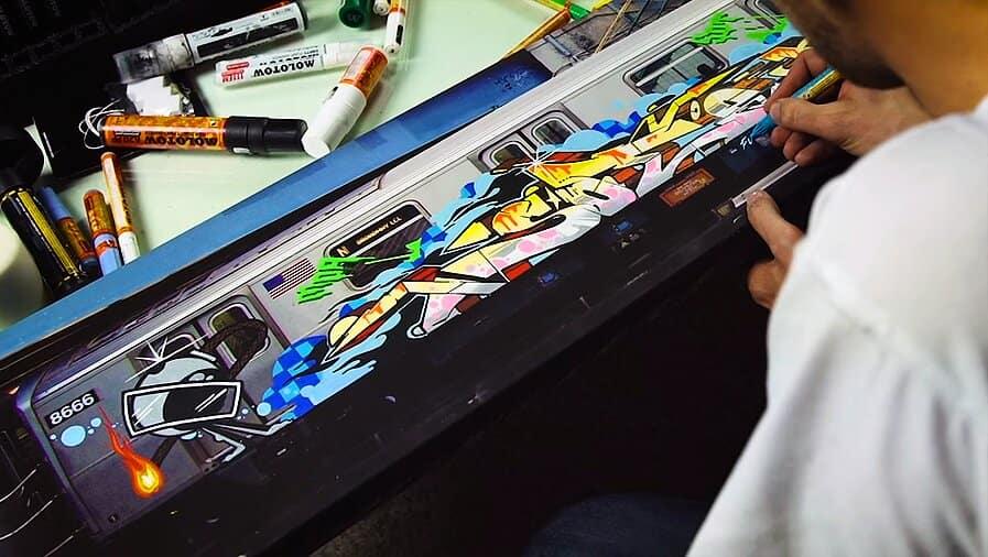 SOTEN рисует на холсте вагона